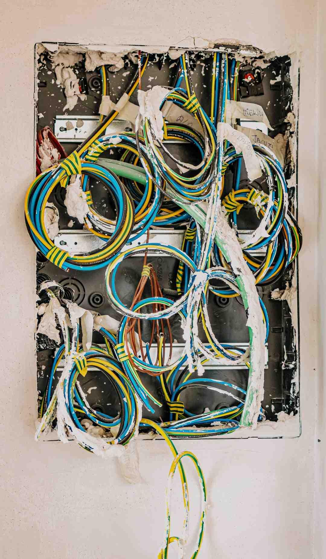 Cómo conectar cables y componentes a una televisión de pantalla plana